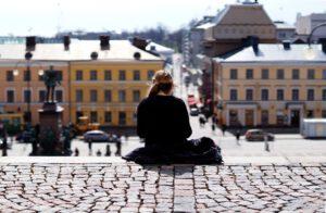 Tyttö istuu tuomikirkon portailla