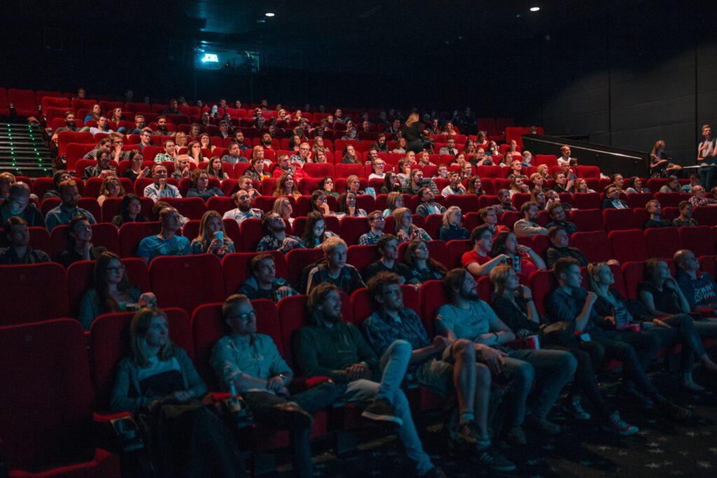 Ihmisiä elokuvateatterissa