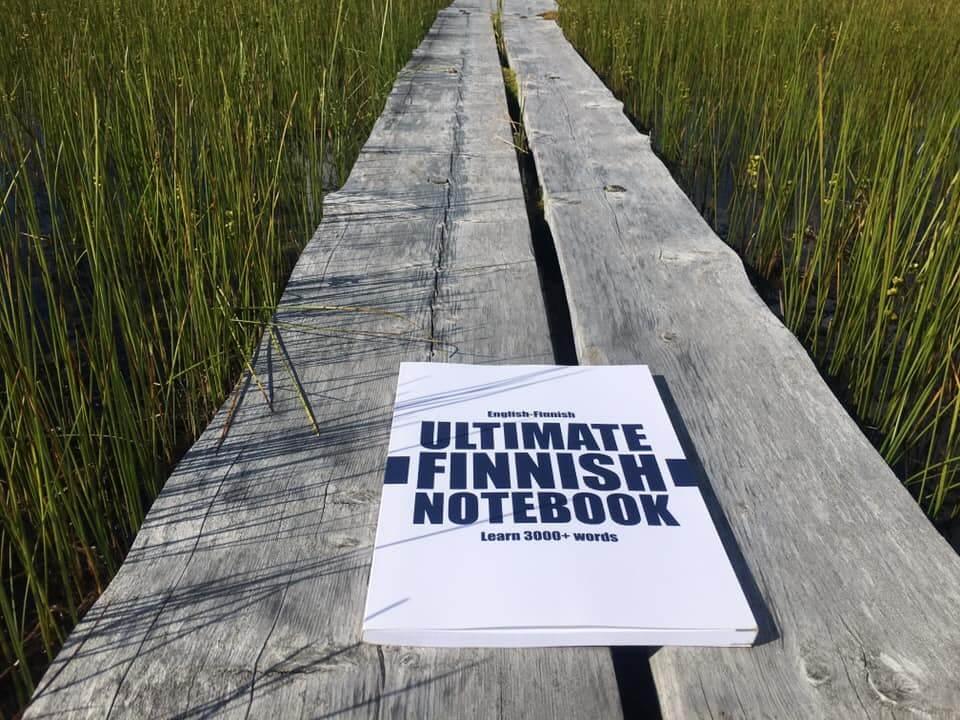 Ultimate Finnish Notebook makaa pitkospuiden päällä.