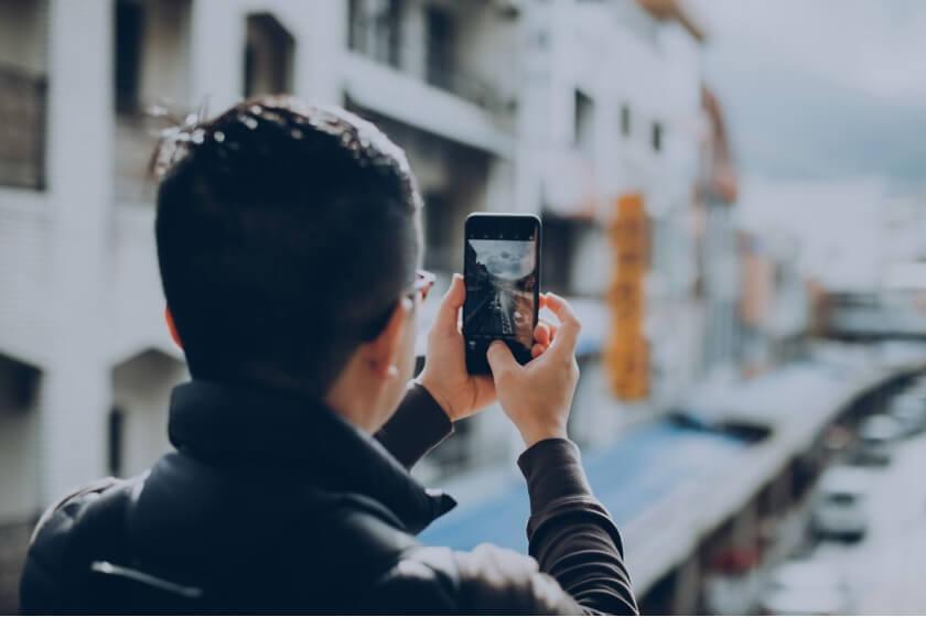 Nuori mies valokuvaamassa